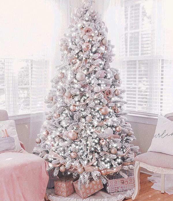 Trang trí cây thông Giáng sinh là việc quan trọng trong mùa lễ hội.