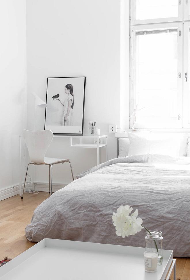 Sự đơn giản, thanh thoát của căn phòng được tôn nên rất nhiều nhờ góc làm việc.
