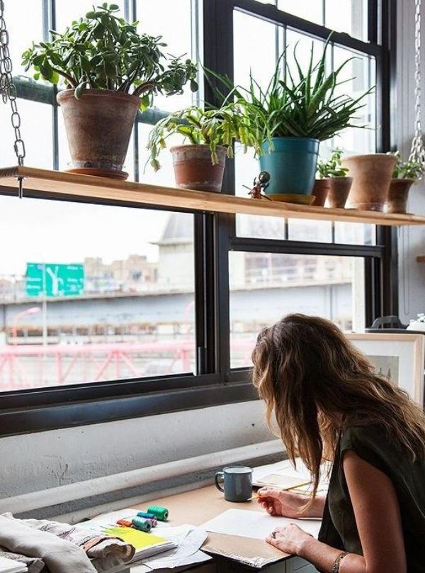 Trồng thêm cây chình ảnh để góc làm việc bên cửa sổ lãng mạn hơn.