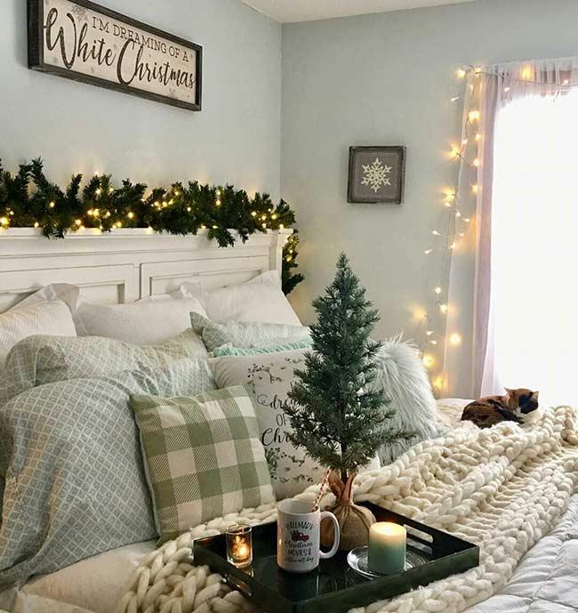 Trang trí phòng ngù mùa Giáng sinh với dây đèn nhấp nháy.