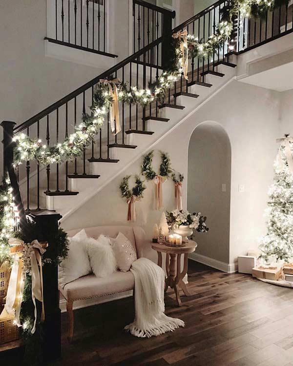 Dùng dây ruy băng decor noel cầu thang.