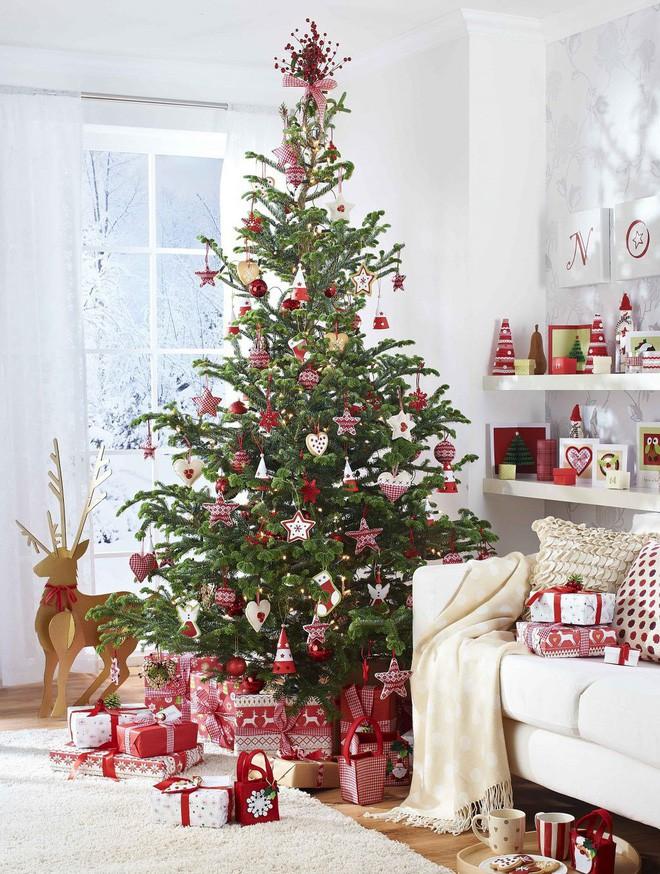 cây thông sặc sỡ, đầy ắp quà tặng bên dưới góc cây trong phòng tiếp khách