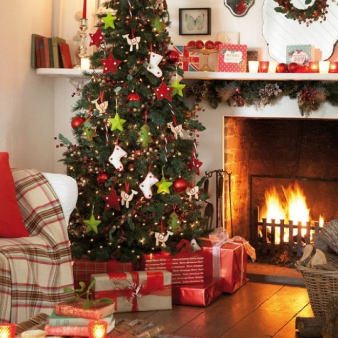 Bên bếp sưởi cổ điển, cây thông Noel được trang hoàng lộng lẫy mang kokhí mùa lễ hội về thật gần