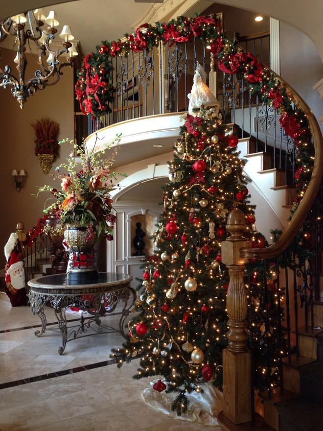 Đừng quên decor noel cho cầu thang để ko gian phòng tiếp khách thêm ấn tượng.
