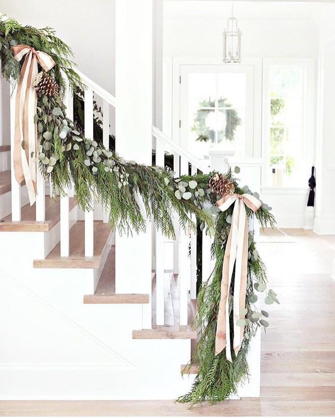 Các ý tưởng tuyệt vời decor cầu thang mùa Giáng sinh - Acc Home (2)