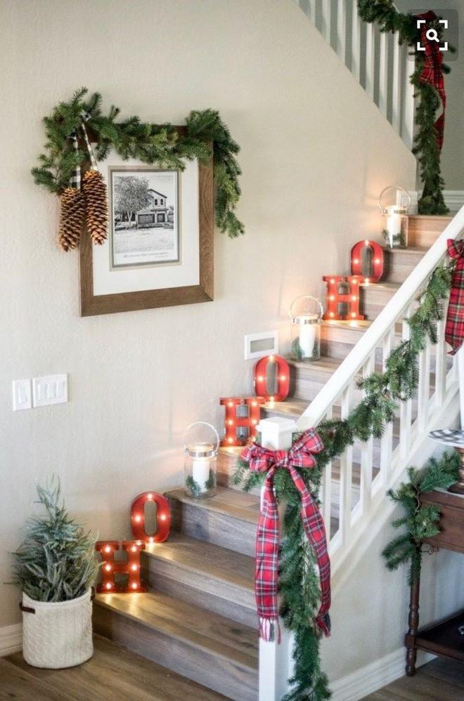 Trang trí noel cầu thang bằng chữ cái có tích hợp đèn LED
