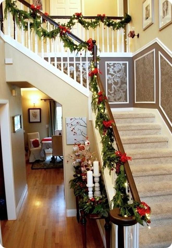 thông xanh, đế nến mang lại khung chình ảnh Giáng sinh thật sự cho căn nhà