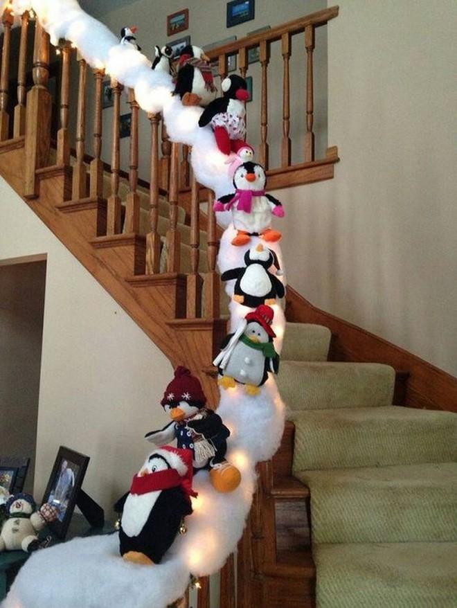 cách decor noel cầu thang khác hoàn toàn với những chú chim cánh cụt trượt trên tuyết trắng