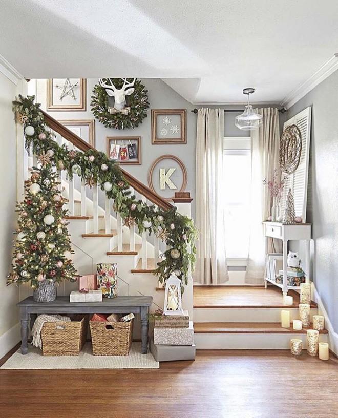 Các ý tưởng tuyệt vời decor cầu thang mùa Giáng sinh - Acc Home (9)
