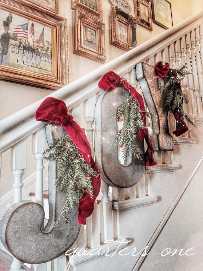 Những chữ cái, mũ đỏ, nhánh thông là phụ kiện đắc lực giúp decor giáng sinh cho cầu thang