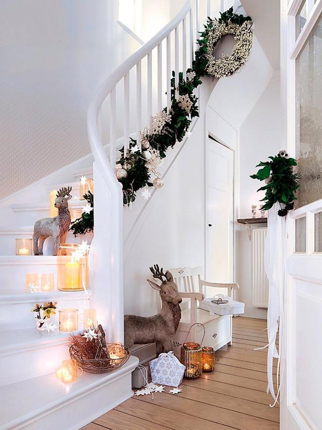Các ý tưởng tuyệt vời decor cầu thang mùa Giáng sinh - Acc Home (14)