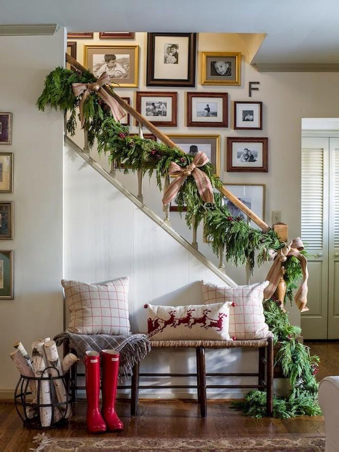 Các ý tưởng tuyệt vời decor cầu thang mùa Giáng sinh - Acc Home (16)