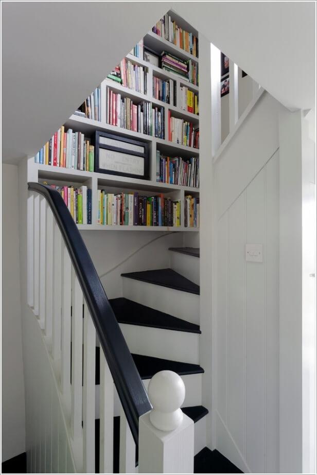 đặt giá sách này khiến cầu thang nổi bần bật