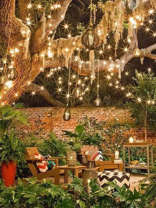 Treo đèn khắp trên vòm cây lớn và đặt bên dưới bộ bàn ghế là có ngay góc tiêu khiển